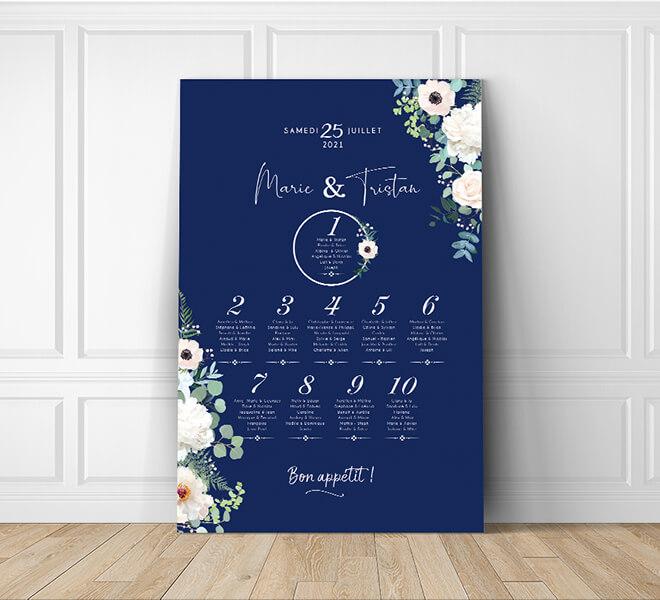 Plan de table de mariage nature romantique, original et chic sur fond bleu nuit foncé avec fleurs blanches et feuilles d'eucalyptus vert - sur mesure © www.alpagart.fr