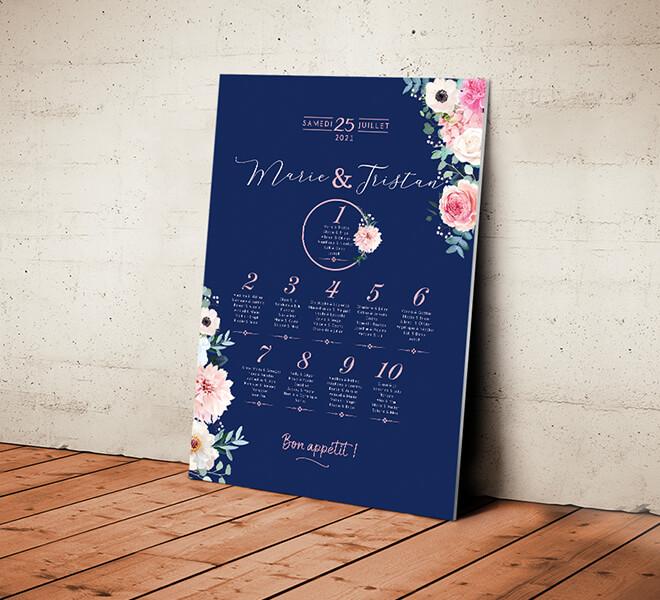 Plan de table de mariage romantique, original et chic sur fond bleu nuit foncé avec fleurs vieux rose poudré pastel corail - sur mesure © www.alpagart.fr