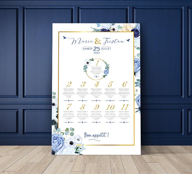 Plan de table de mariage romantique chic avec fleurs rose poudré et bleu marine pour un mariage sur le thème amour pastel © www.alpagart.fr